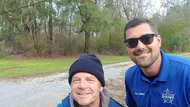 With 6 ft 6 Sheriff Kyle, who helped me find food, a camping spot and checked up that I was ok walking east the next day